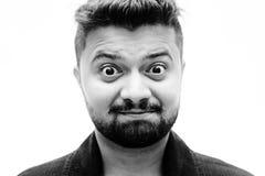 Expression du visage heureusement étonnée en gros plan d'homme de portrait de studio photographie stock libre de droits