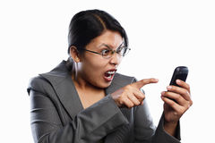 Expression fâchée de femme d'affaires utilisant l'appel visuel image stock