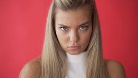 Expression f?ch?e de visage de femme irrit? Fermez-vous du visage mod?le boulevers? Expression triste de visage de fille Portrait banque de vidéos