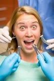 Expression faciale patiente folle d'outils dentaires effrayants Images libres de droits