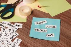 Expression heureuse d'April Fools Day sur le fond en bois Photo libre de droits