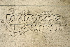 Expression latine sur un mur de l'université à Louvain, Belgique Photographie stock