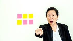 Expression malheureuse de femme supérieure asiatique d'affaires avec l'espace n de copie Photo libre de droits
