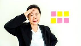 Expression malheureuse de femme supérieure asiatique d'affaires avec l'espace n de copie Image libre de droits