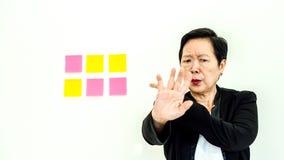 Expression malheureuse de femme supérieure asiatique d'affaires avec l'espace n de copie Photographie stock libre de droits