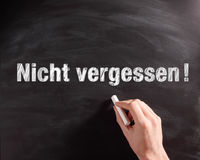 Expression manuscrite de Nicht Vergessen sur le tableau Photo libre de droits