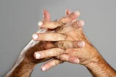 Expression velue de plan rapproché de main d'homme au-dessus de gris Photos stock