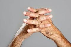 Expression velue de plan rapproché de main d'homme au-dessus de gris Images stock