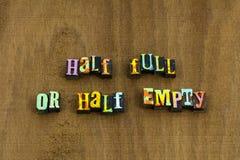 Expression vide à moitié pleine d'attitude positive d'optimisme heureuse photographie stock