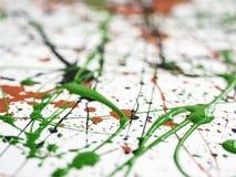 expressionism rode zwarte groene die verf met lijnen en dalingen wordt geploeterd stock afbeeldingen