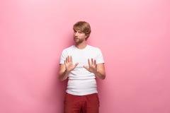 Expressions du visage, émotions et sentiments humains négatifs Portrait de jeune homme dégoûté exigeant Photo stock