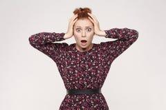 Expressions et émotions de visage humain Dame rousse regardant le desper photos stock