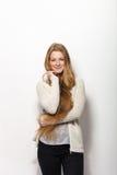 Expressions et émotions humaines de pose Portrait de la jeune femme rousse adorable de sourire montrant son rouge naturel extra-l Photo libre de droits