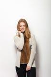 Expressions et émotions humaines de pose Portrait de la jeune femme rousse adorable lui montrant les cheveux rouges naturels extr Image stock
