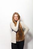 Expressions et émotions humaines de pose Portrait de la jeune femme rousse adorable lui montrant les cheveux rouges naturels extr Photos libres de droits