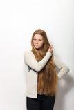 Expressions et émotions humaines de pose Portrait de la jeune femme rousse adorable lui montrant les cheveux rouges naturels extr Image libre de droits