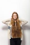 Expressions et émotions humaines de pose Portrait de la jeune femme rousse adorable lui montrant les cheveux rouges naturels extr Photographie stock