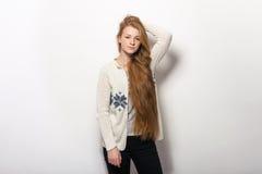 Expressions et émotions humaines de pose Portrait de la jeune femme rousse adorable lui montrant les cheveux rouges naturels extr Photos stock