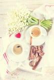 expresso, écrous et bouquet des fleurs Photographie stock libre de droits