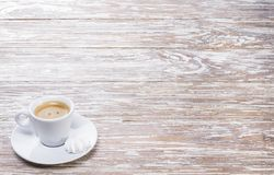 Expresso blanc de tasse sur le fond en bois clair photographie stock