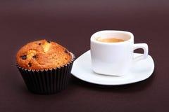 Expresso classique dans la tasse blanche avec le gâteau et le chocolat faits maison images stock