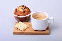 Expresso classique dans la tasse blanche avec le gâteau et le chocolat faits maison sur le fond blanc image libre de droits