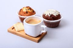 Expresso classique dans la tasse blanche avec le gâteau et le chocolat faits maison sur le fond blanc photo stock