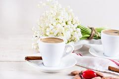 expresso, coeur et bouquet des fleurs Photos stock