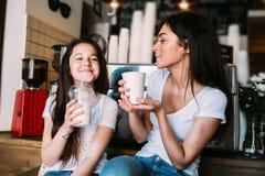 Expresso de boissons de mère et de fille Photo stock