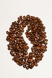 Expresso de café avec des haricots d'isolement sur le blanc Photographie stock libre de droits