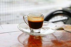Expresso de café sur le fond en bois de plancher Photos stock