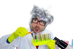 Expressão engraçada do cientista louco louco do lerdo no laboratório Foto de Stock Royalty Free