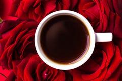 Expresso et roses sur le fond rouge Montée subite de couleur Jour de Valentine photographie stock libre de droits