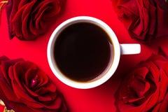 Expresso et roses sur le fond rouge Montée subite de couleur Jour de Valentine photographie stock