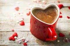 Expresso savoureux de café dans une tasse rouge de forme de coeur sur un Backg en bois Image libre de droits