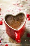Expresso savoureux de café dans une tasse rouge de forme de coeur sur un Backg en bois Images libres de droits