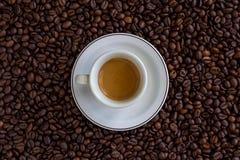 Expresso sobre feijões de café imagem de stock