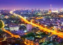 Trafikera i den moderna staden på natten, Bangkok Thailand Arkivbilder