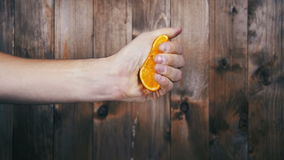 Exprima el jugo de la naranja a mano Cámara lenta almacen de metraje de vídeo
