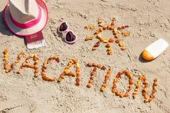 Exprima férias, acessórios para tomar sol e passaporte com as moedas euro- na praia, conceito do curso nas horas de verão Fotografia de Stock