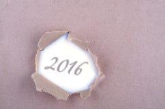 Exprima 2016 no furo rasgado no papel marrom Copie o espaço Imagens de Stock