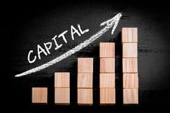 Exprima o capital na seta de ascensão acima do gráfico de barra Foto de Stock Royalty Free