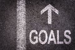 Exprima objetivos e uma seta escrita em uma estrada asfaltada Foto de Stock Royalty Free