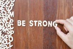 Exprima seja forte feito com letras de madeira do bloco Fotos de Stock