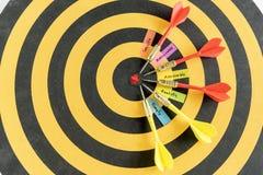 Exprime des buts futés avec la cible de dard sur la cible Photographie stock