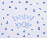 Exprime le bébé garçon autour des fleurs bleues de myosotis Photographie stock