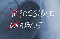 Exprime le concept incapable impossible manuscrit sur le fond en bois de rondin images stock