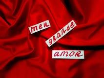 Exprime mon grand amour écrit dans le Portugais sur le satin de rouge de draperie Image libre de droits