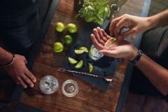 Expérimentation avec la nouvelle recette pour faire un cocktail boire Photographie stock