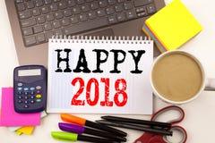 Exprimez écrire 2018 heureux dans le bureau avec des environs tels que l'ordinateur portable, marqueur, stylo, papeterie, café Co Image libre de droits